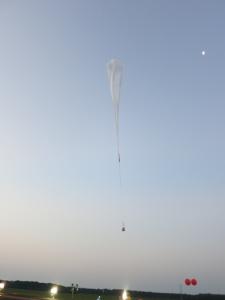 放球直後の大気球とサンプラー